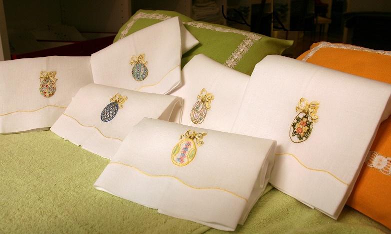 Asciugamani e runner di lino con ricami ispirati alle Uova Fabergé