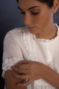 """Camicia da notte """"Plissé"""": batista bianca, manica corta, plastron a nervature , merletto di cotone, nastro bianco"""