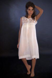 """Camicia da notte """"Laura"""": voile di cotone, tulle ricamato rifinito con piccolo merletto a punte, orlo con tramezzo di valenciennes in trasparenza"""
