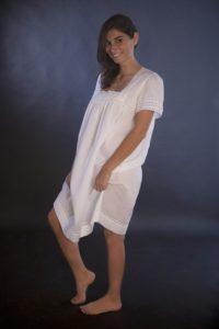 """Camicia da notte """"Chiara"""": batista bianca Sangallo e piccoli tramezzi di macramè , orlo con merletto in trasparenza"""